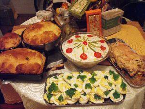 salată de curca,ouă umplute, cozonac, terrină de pui şi o ciorbă de potroace...