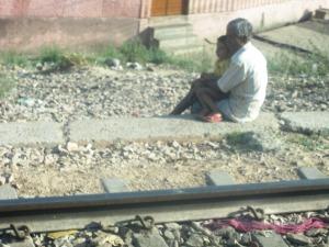 IUbirea şade pe marginea căii ferate