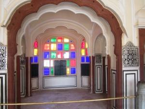 în spatele ferestrelor colorate, răcoare şi intimitate