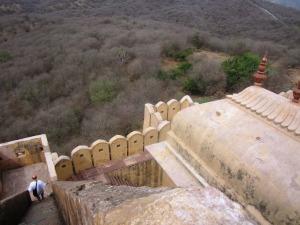 în micul fort care domină ţinutul păunilor