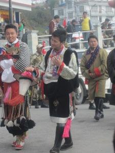 dansatori îmbrăcaţi tradiţional