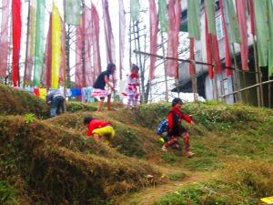 păduri de steaguri plantate pe tulpini de bambus