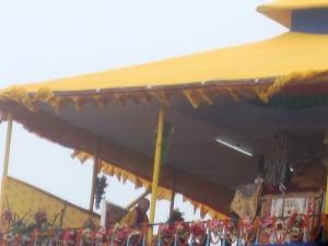 Dalai Lama oficiază, secondat de traducător