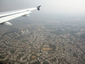aterizăm, sub aripa ploii, în Delhi